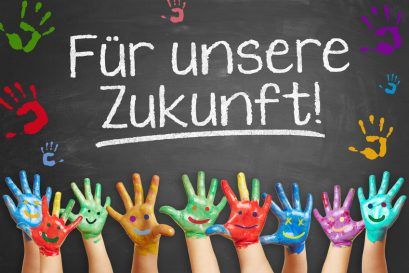 """Viel bunte Kinderhände fordern vor einer Tafel """"Für unsere Zukunft!"""""""